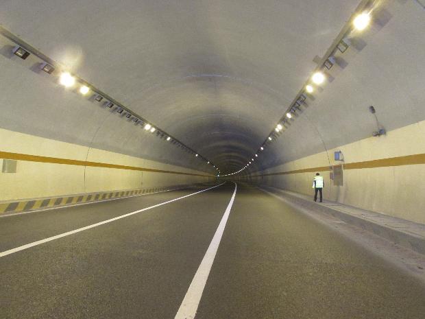 贺巴高速公路昭平隧道喷涂施工现场