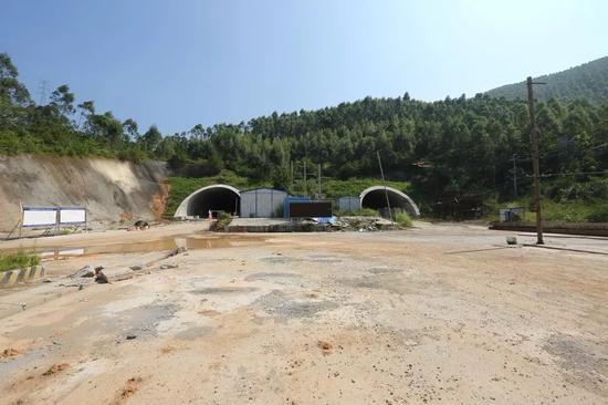 哥板山隧道即将贯通隧道涂料喷涂展示